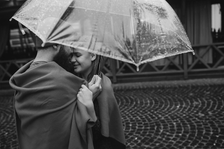 guy and girl under an umbrella Imagens