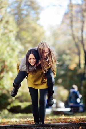 pelo castaño claro: Two girls having fun in the park