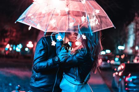 남자와 여자 우산 아래 키스 스톡 콘텐츠