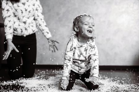 Petite fille joue avec des boules de mousse Banque d'images - 81193893