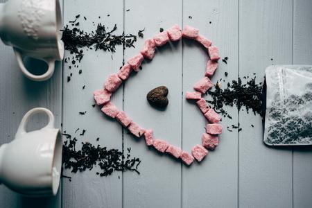 Een witte mok met roze hart