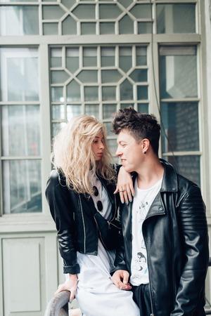 Kerel en meisje in zwarte jassen op een stadsstraat