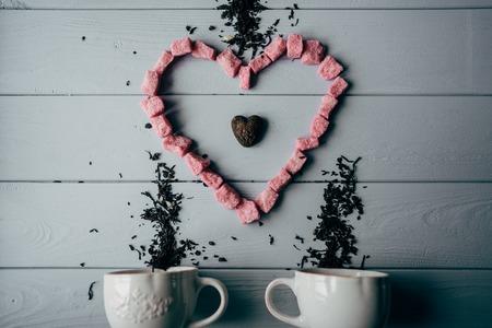 ピンクのハートと白いマグカップ