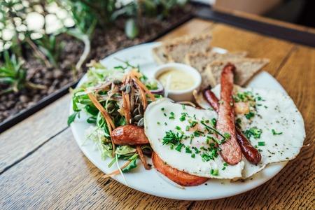 Ontbijt op het bord Stockfoto