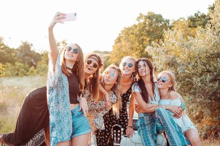 6人の美しい女の子が自分撮りを作る