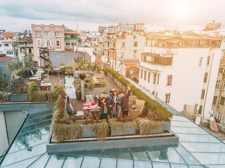 옥상에있는 친구들