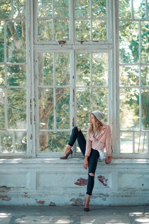 소녀는 창문에 앉아있다.