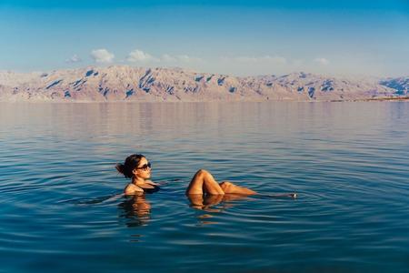 소녀는 휴식과 물 속에서 수영입니다.