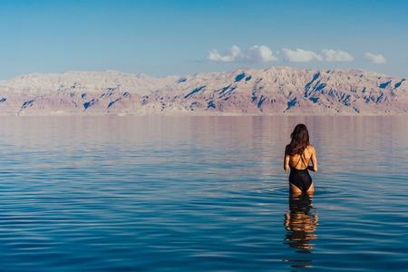 Jeune femme, aller, à, mer morte, israël Banque d'images - 94722180