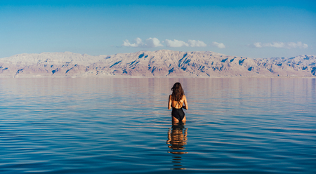 Young woman going to Dead Sea, Israel Banque d'images - 102949837