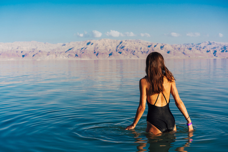 Young woman going to Dead Sea, Israel Banque d'images - 104662478