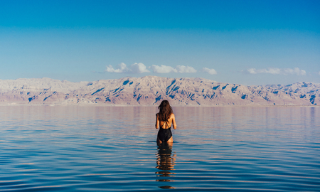 Young woman going to Dead Sea, Israel Banque d'images - 104662479