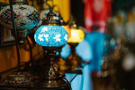 Le lampade intarsiate stanno su un tavolo