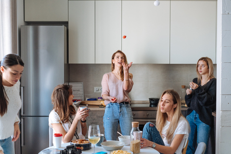 group of women in the kitchen Imagens