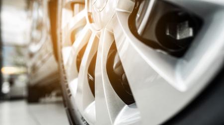 wiel van een moderne auto vanuit een nauwe hoek Stockfoto