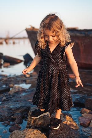 little girl is walking on the beach Standard-Bild - 109156463