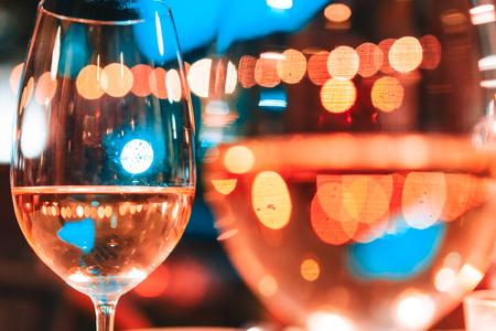 Foto de dos copas de champagner en la mesa