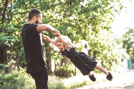 Papa et petite fille s'amusent et jouent
