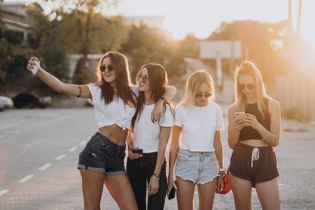 Cuatro mujeres jóvenes tomando un selfie y divertirse