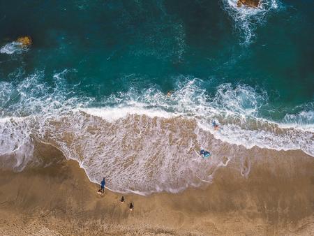 Vue aérienne du drone volant de personnes relaxantes Banque d'images