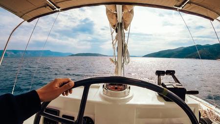 Pannello di controllo della nave con volante sul ponte del capitano