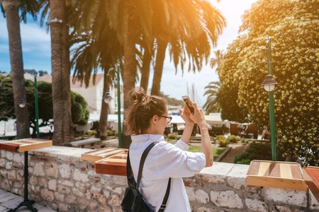 Young girl walking through ancient narrow streets and takes a picture Stock fotó - 119520471