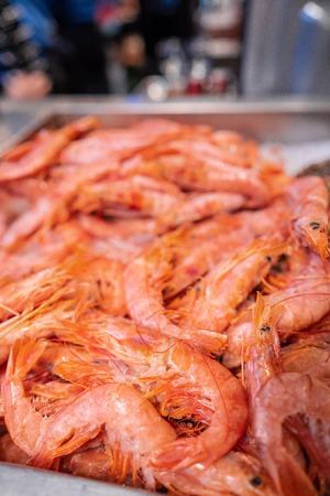 Frozen shrimps on the showcase. Selective focus. Banque d'images - 119997055