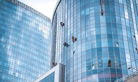 Several workers washing windows in the office building 免版税图像 - 124264763