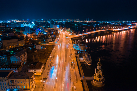 Autoroute la nuit dans la ville moderne. Vue aérienne du paysage urbain