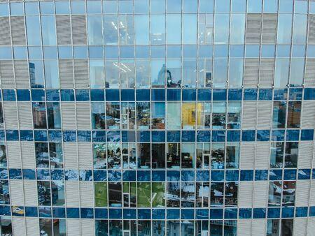 Reflexión de la calle en la fachada del edificio de acero de vidrio