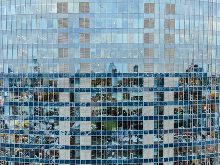 Reflexión de la calle en la fachada del edificio de acero de vidrio Foto de archivo