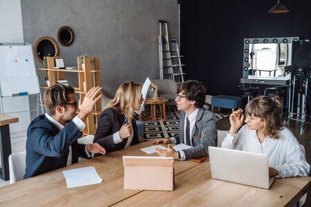 Concepto de reunión de lluvia de ideas de trabajo en equipo de diversidad de inicio. Planificación de personas.