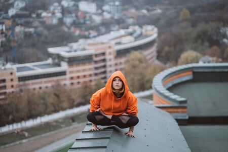 Woman practicing yoga on the roof and doing yoga exercises Banque d'images