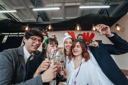 Happy colleagues in office celebrate special event. Foto de archivo