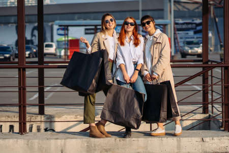 Young women with shopping bags on a bus stop Zdjęcie Seryjne