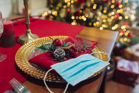 Decorative Christmas table, close-up. Christmas during coronavirus, concept Banque d'images