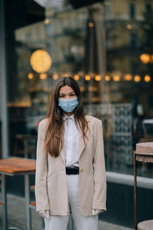 Young woman with face mask in the street Banque d'images