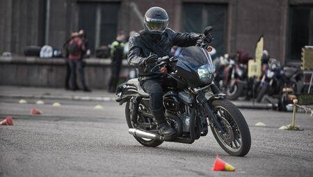 L'uomo motociclista si siede su una bici