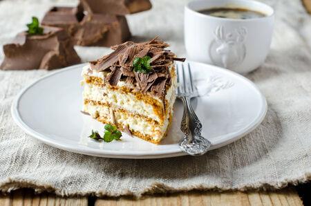 rebanada de pastel: Bizcocho con nata y chocolate