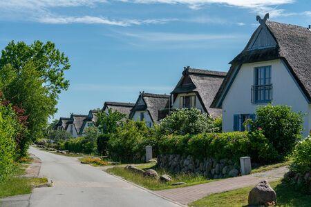 Typische norddeutsche Reetdachhäuser auf der deutschen Insel Poel an einem sonnigen Tag