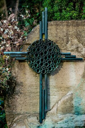 Old weathered metal cross with green patina on a graveyard Banque d'images