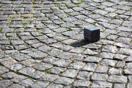 Une pierre sur les pavés de granit Banque d'images - 73835808