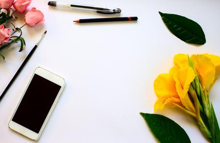 Weiße Tabelle Komposition Mit Rose Und Aquarellpapier. Banner ...