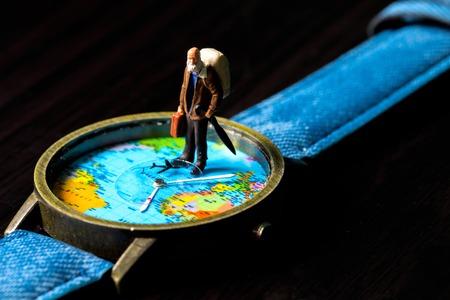 高齢者男と世界旅行時計をマップします。世界旅行写真バナー。シニアの旅行者の置物。バックパッカー旅行を引退しました。世界のタイム ゾーン 写真素材