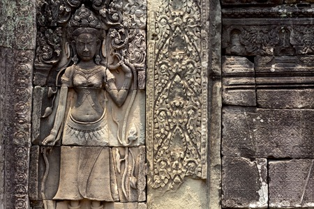 Carved stone bas-relief of Angkor Wat complex temple, Siem Reap, Cambodia. Historical site of khmer architecture. Archaeological place of interest. Tourist sightseeing in As. Stone carving and statue 스톡 콘텐츠