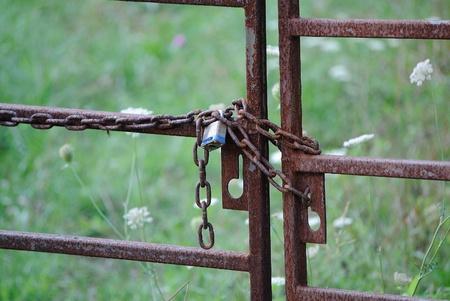 oxidado: Candado y cadena oxidada