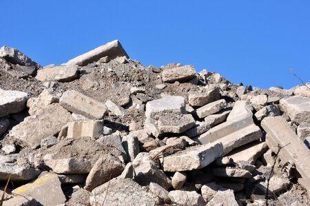 철거 된 건물에서 잔해