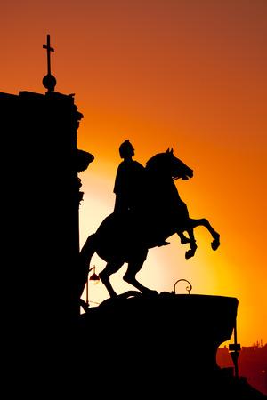 uomo a cavallo: Il cavaliere di bronzo al tramonto a San Pietroburgo, Russia