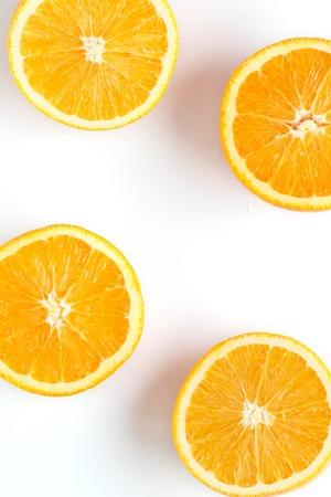 tranches d'orange fraîche sur fond blanc Banque d'images