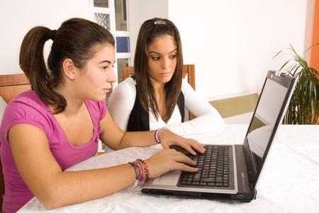 Studenten und computer Standard-Bild - 8421743